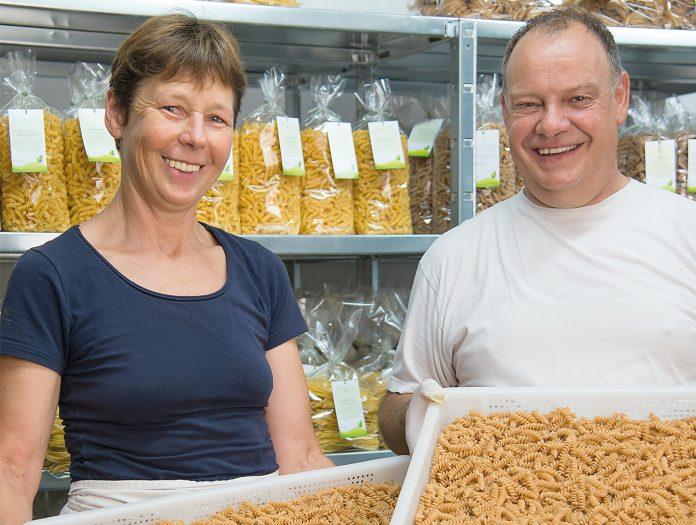 Genießer fahren für Tagliatelle, Spaghetti, Spirelli, Rigatone und Hörnle nach Ludesch. Denn Barbara und Bruno Hartmann stellen nicht nur feine Nudeln selbst her, sondern pflegen auch das Getreide dafür auf den eigenen Feldern.