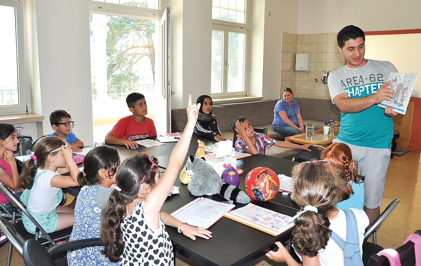 """In den Sommerferien gab Mohamed über Vermittlung der Regionalstelle für Integration der Walgaugemeinden und des Sozialsprengels Bludenz 14 Flüchtlingskindern Deutschunterricht. """"Die Sprache des Gastlandes zu beherrschen, ist die wichtigste Voraussetzung für Integration"""", so Mohamed."""