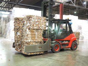 Täglich bis zu 380 Tonnen vorsortiertes Altpapier werden mit dem Stapler in den Produktionsprozess eingebracht.