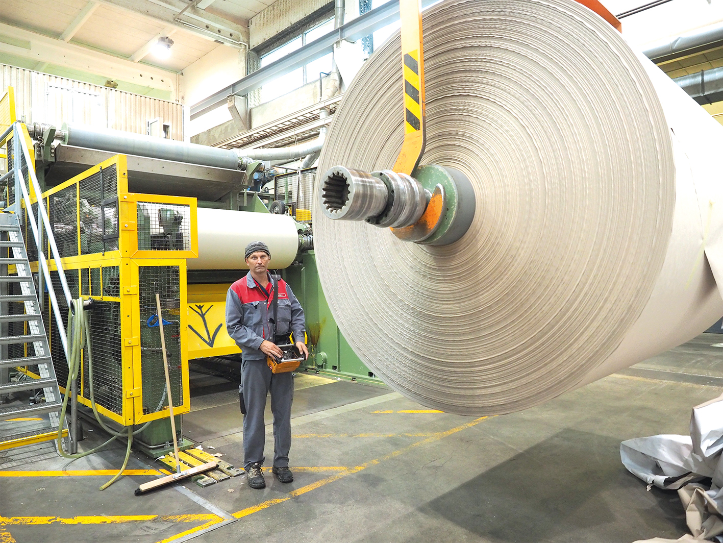 Das fertige Papier wird auf drei Tonnen schwere Rollen aufgewickelt.