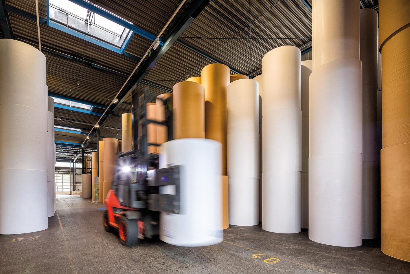Im Lager sind die wichtigsten Papiere kundengerecht verpackt vorrätig. Nahezu 100 Prozent dieser Verpackungen landen über die Altpapiersammlung wieder im Produktionsprozess.