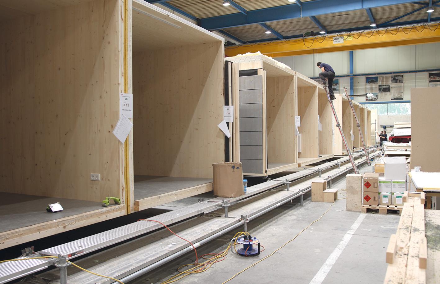 In Nenzing werden jeden Tag vier Wohncontainer fix und fertig zusammengebaut.