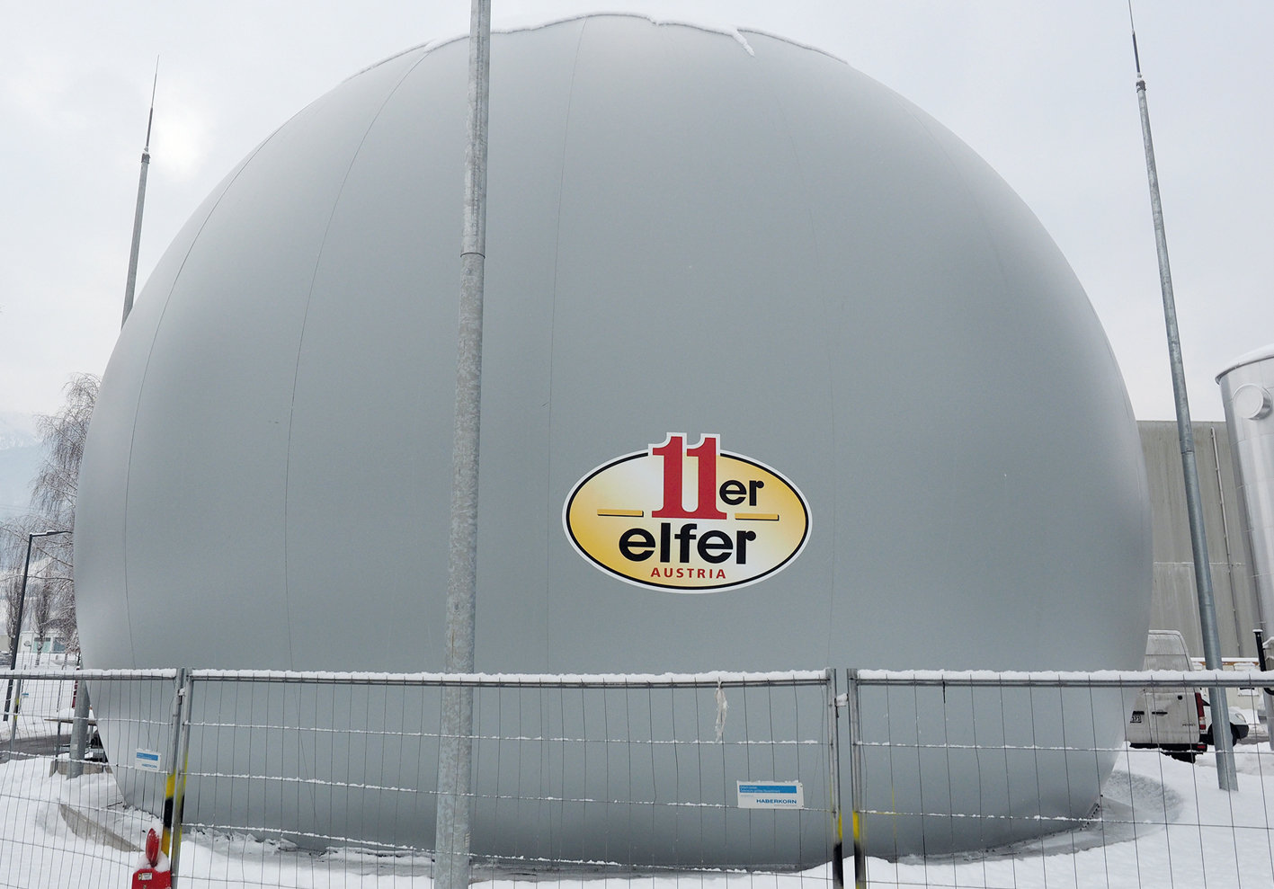 """Für das 11er Führungsduo ist es deswegen """"logisch"""", diese Natur zu schützen. Einen Meilenstein zur Klimaneutralität bringt die neue Biogasanlage (Bild: der Gastank)."""