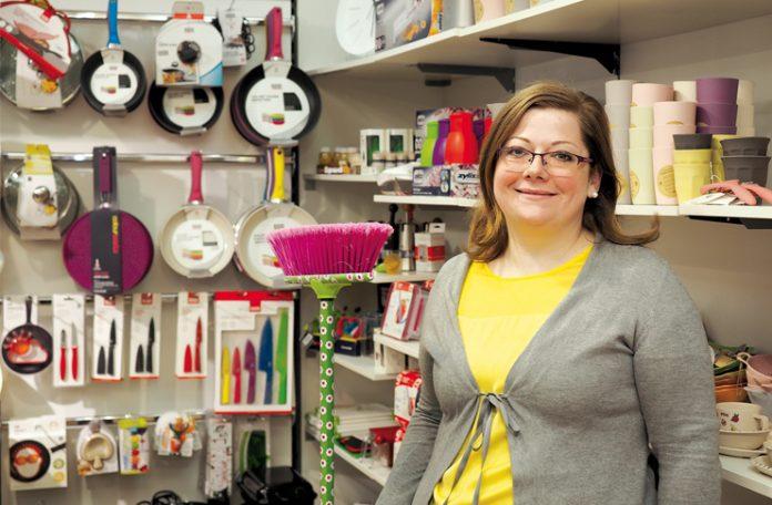 """Nadja Neßler berät die Kunden von """"Bäsa & meh"""" fachkundig."""
