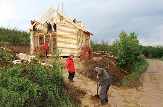 Die Mission von 15 Lehrlingen der Firma Hilti: Innerhalb einer Woche möchten sie drei Häuser bauen - und verschenken.