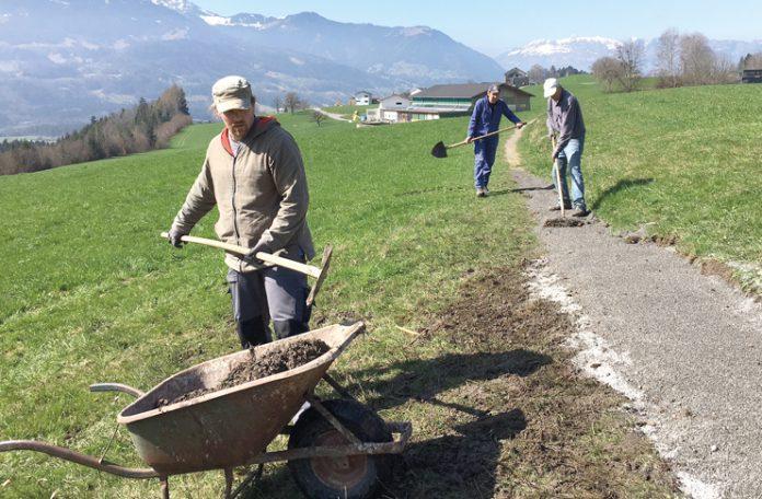 Die Männer packten bei der Sanierung der Wege tatkräftig mit an.