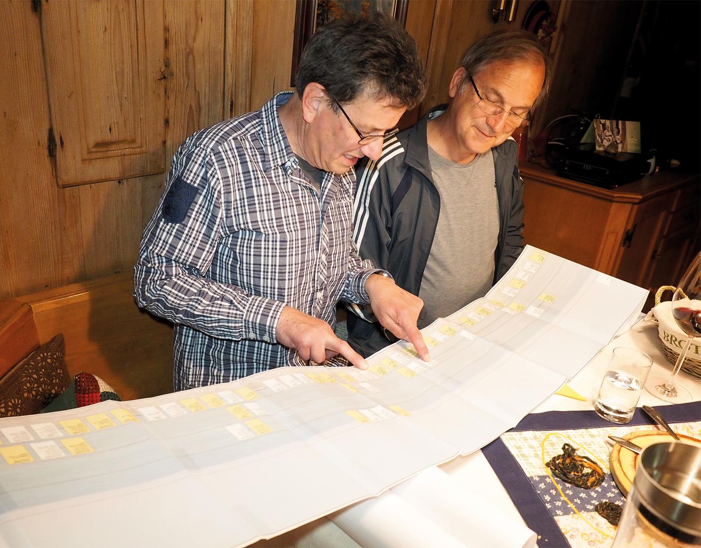 Der Frastanzer Bürgermeister Mag. Eugen Gabriel staunte nicht schlecht, als ihm Wolfgang Gabriel die fast zehn Meter lange Papierrolle vorführte, auf der auch einige seiner Vorfahren erfasst sind.
