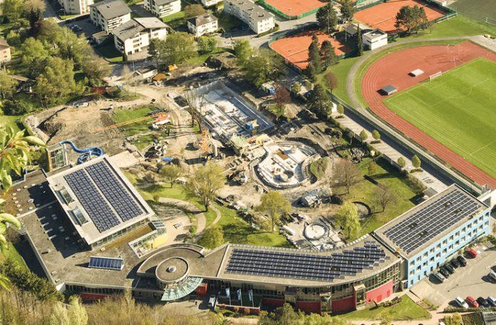 Das Val Blu aus der Vogelperspektive. Auf den Dächern von Hotel und Hallenbad produzieren Photovoltaik-Module ohne Lärm und Abgase umweltfreundlichen Strom.