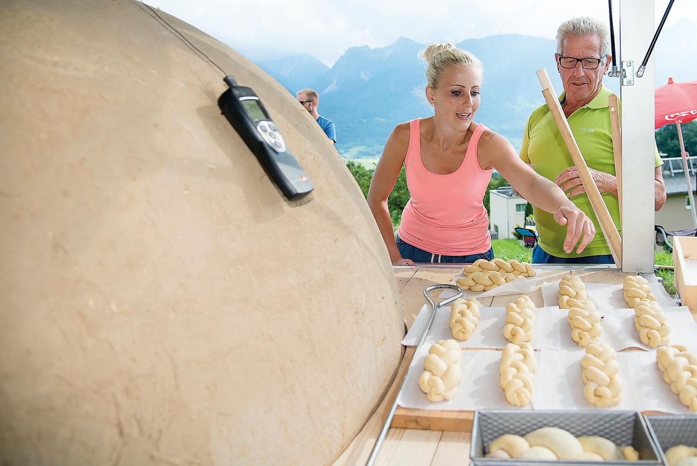 Bäckermeister Josef Gutschner beeindruckte mit perfekt geformten Zöpfen. Er war als Tipp-Geber beim ersten Back-Einsatz äußerst gefragt.