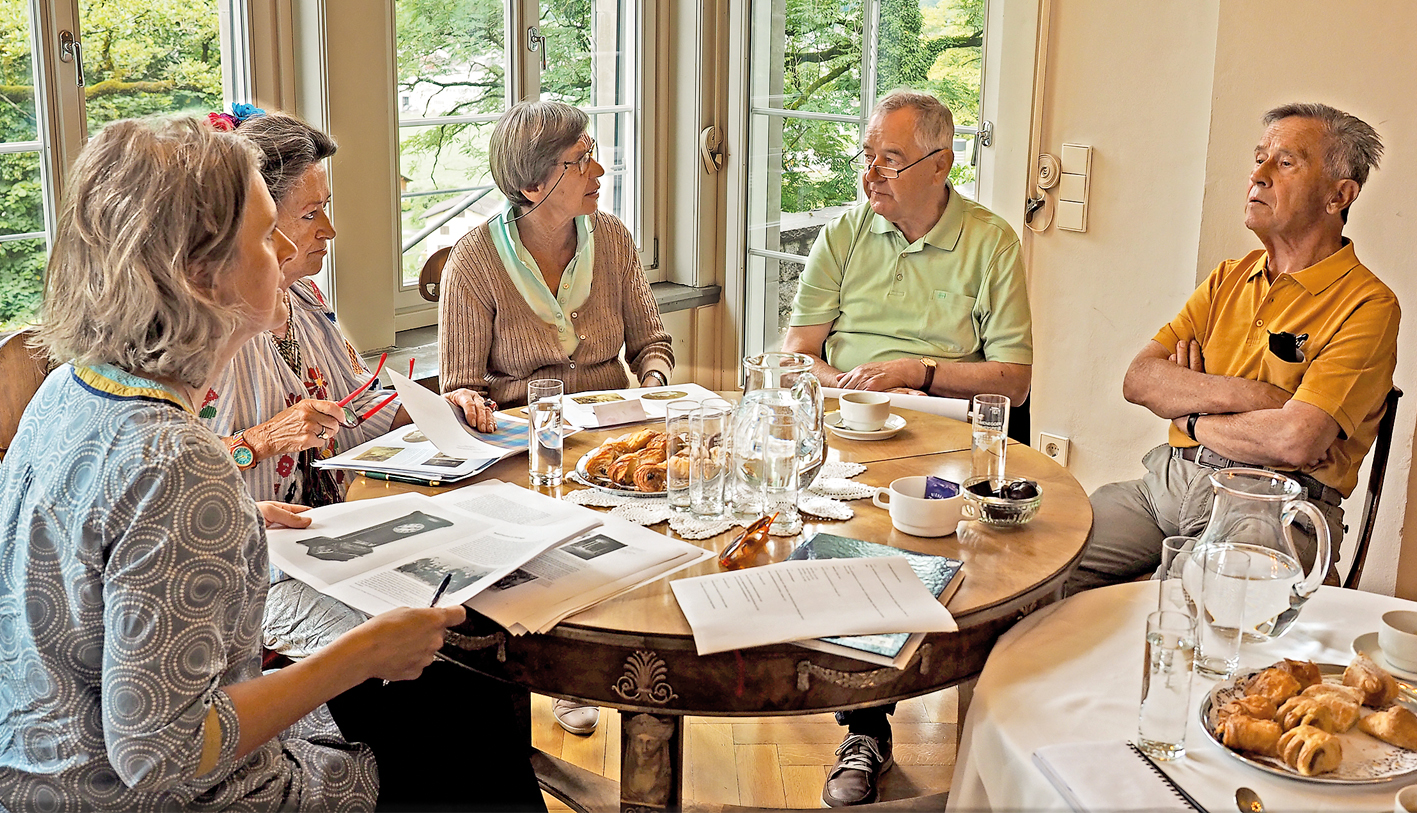Die Nachfahren von Rudolf Kastner, Helga Färber-Dittrich, Monika und Kurt Dittrich öffneten ihre Familienalben, gaben Barbara Motter und Gemeindearchivar Alt-Bgm. Helmut Gerster gerne Auskunft.