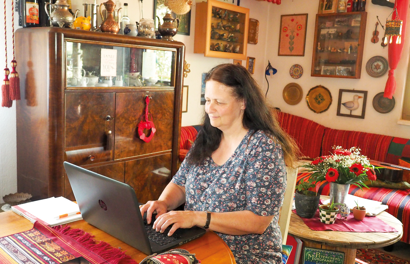 Christine Walch hat schon als Kind Geschichten geschrieben, die sich in fernen Ländern abspielten. In ihrer Stube in Ludesch ist nun ihr erster Roman entstanden.