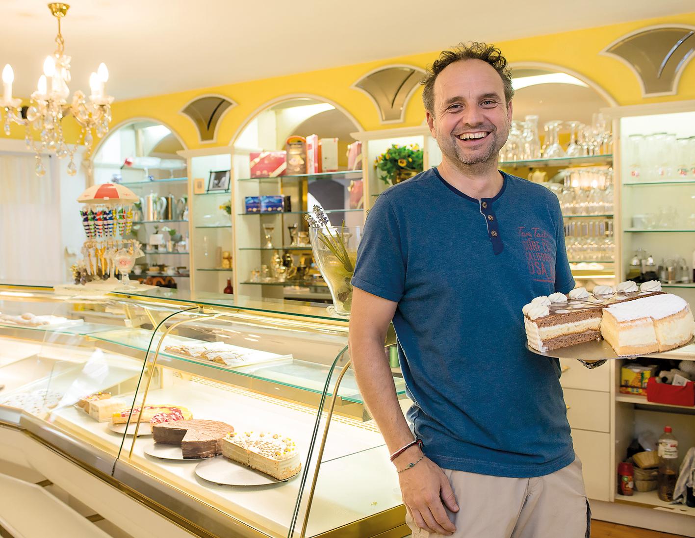 Peter Fritz empfiehlt seinen Gästen die Haustorte und Baileys-Vanilleeis.
