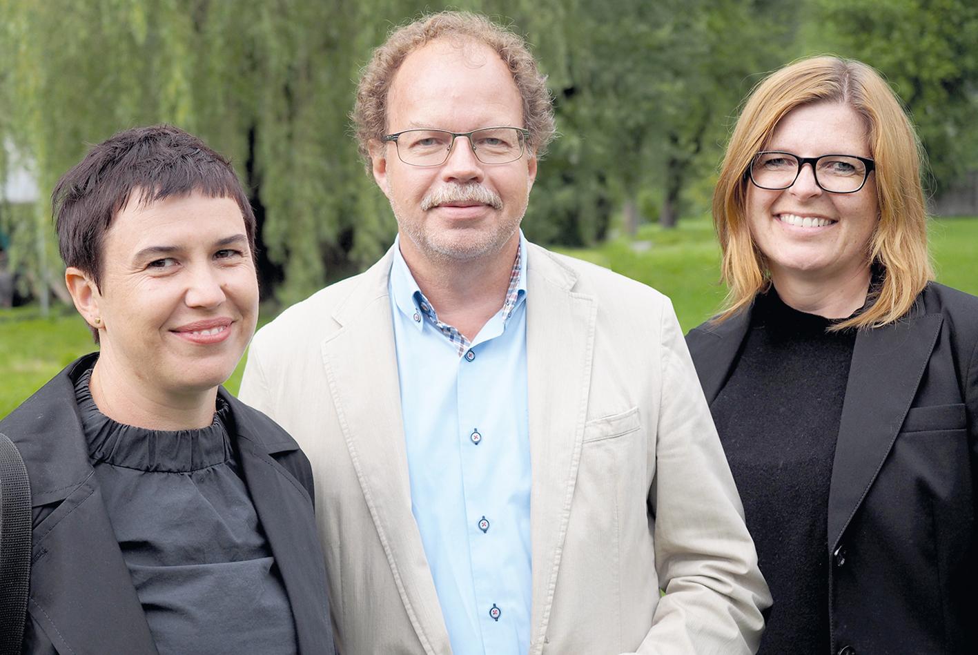 Die Architektinnen Daniela Tomaselli -Jochum (li) und Carmen Schrötter-Lenzi mit Bgm. Florian Kasseroler.