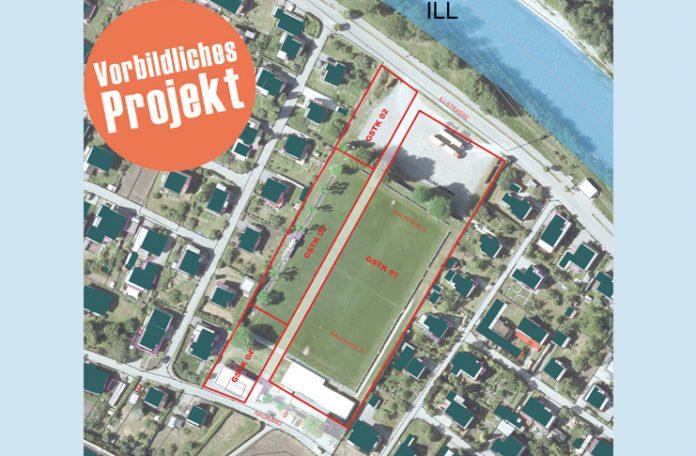 """Der alte Nenzinger Fußballplatz liegt in bester Wohnlage mitten in der """"Siedlung"""". Mit einem vielbeachteten Projekt will die Marktgemeinde das ganze Potenzial dieser Fläche nutzen."""